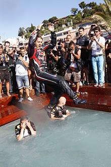 Pool-Position: Den Sprung ins kühle Nass hat sich Gewinner Sebastian Vettel auch wirklich verdient.