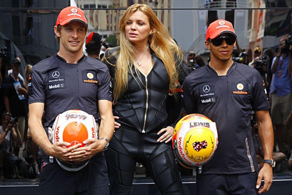 Model und Motorenhelden: Das spanische Supermodel Esther Canadas posiert zwischen den McLaren-Stars Jenson Button und Lewis Hami