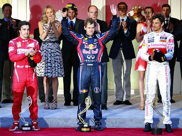 Und der Gewinner ist... Formel-1-Weltmeister Sebastian Vettel steuert seinen Boliden vor Fernando Alonso unnd Jenson Button auf