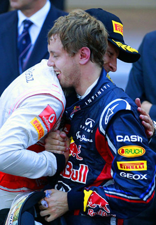 Konkurrenten und Freunde: McLaren-Star Jenson Button gratuliert dem Gewinner Sebastian Vetter sehr herzlich.