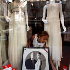 Geschäfte stellen Fotos des Brautpaares in ihre Fenster.