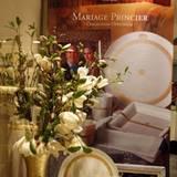 Mit Blumen und Bildern werden die Souvenirs dekoriert.