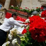 Riesige Blumenbouquets schmücken das gesamte Fürstentum.