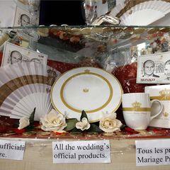 Die Fenster werden mit Tellern und Tassen und anderen Erinnerungsstücken dekoriert.