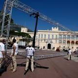 Die fleißigen Arbeiter bauen ein Gerüst auf dem Platz vor dem Palast auf ...