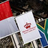 Die Flagge Monacos, eine Flagge, die die Hochzeit ankündigt und die Flagge Südafrikas, Charlenes Geburtsland, zieren die Straßen