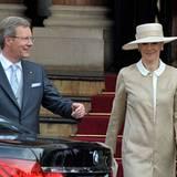 Der deutsche Bundespräsident Christian Wulff verlässt mit Ehefrau Bettina das Hotel.