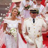 Das Brautpaar tritt aus dem Palast und wird von den Gästen mit jeder Menge Rosenblättern begrüßt.