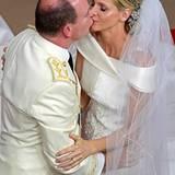 Beim Kuss fällt die Anspannung merklich von beiden ab.