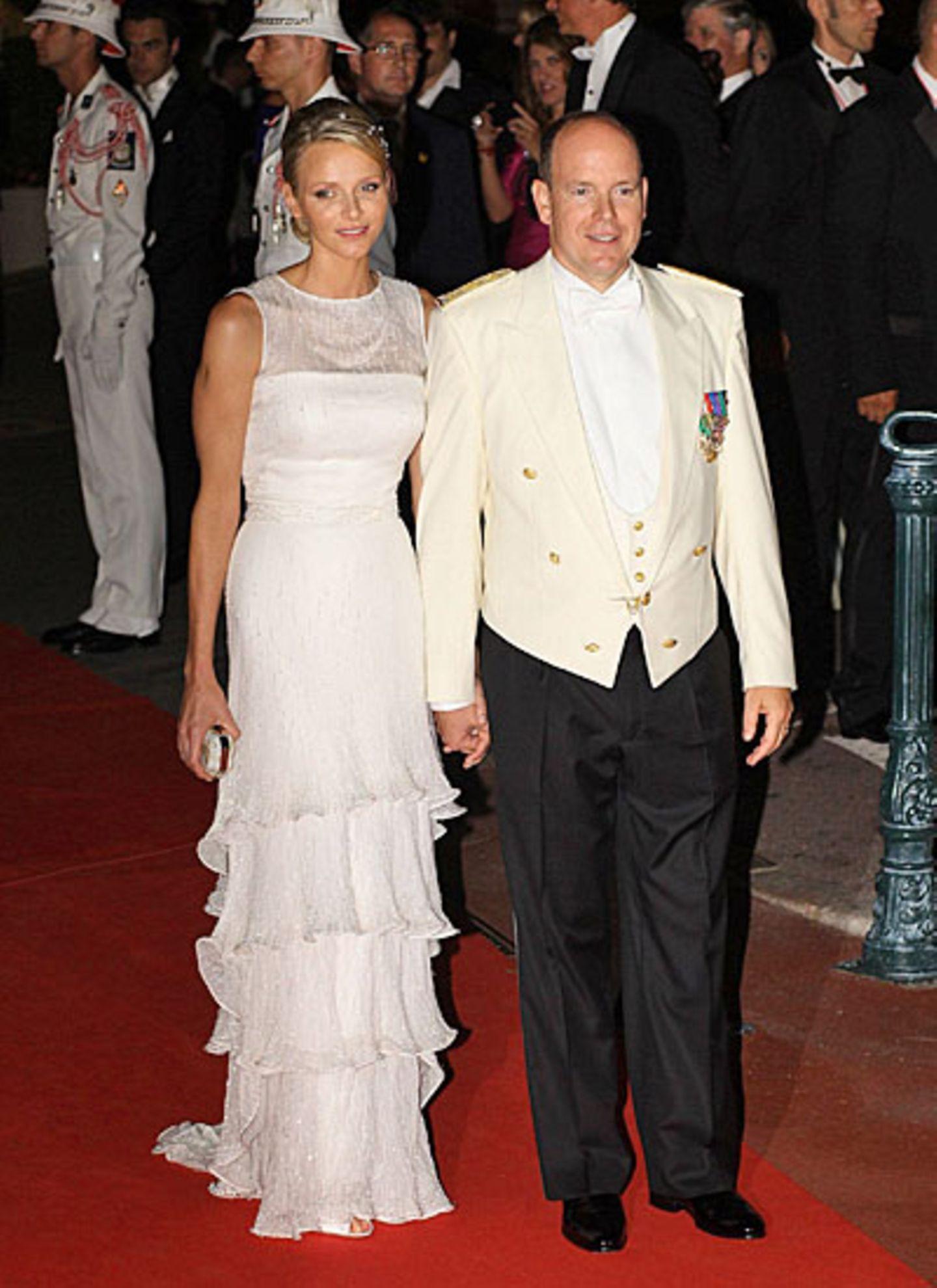 """Die Abendfeierlichkeiten haben begonnen, das Fürstenpaar hat sich umgezogen und wird jetzt mit ihren Gästen im """"Hôtel de Paris"""""""