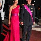 Kronprinzessin Mary von Dänemark schreitet an der Seite von Kronprinz Philippe von Belgien über den roten Teppich.