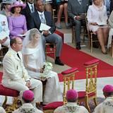 Fürstin Charlene wirkt während der Zeremonie sehr in sich versunken.