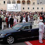 Nach der Trauung steigt das Brautpaar in einen Hybrid-Landaulet und fährt offen durch die Stadt.
