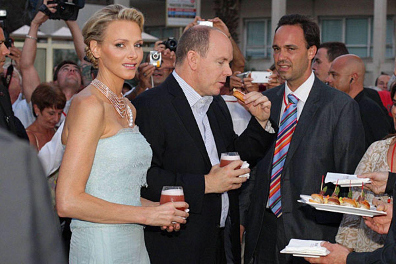 Der Fürst gönnt sich einen kleinen Imbiss beim Hochzeitsempfang im Palastinnenhof.