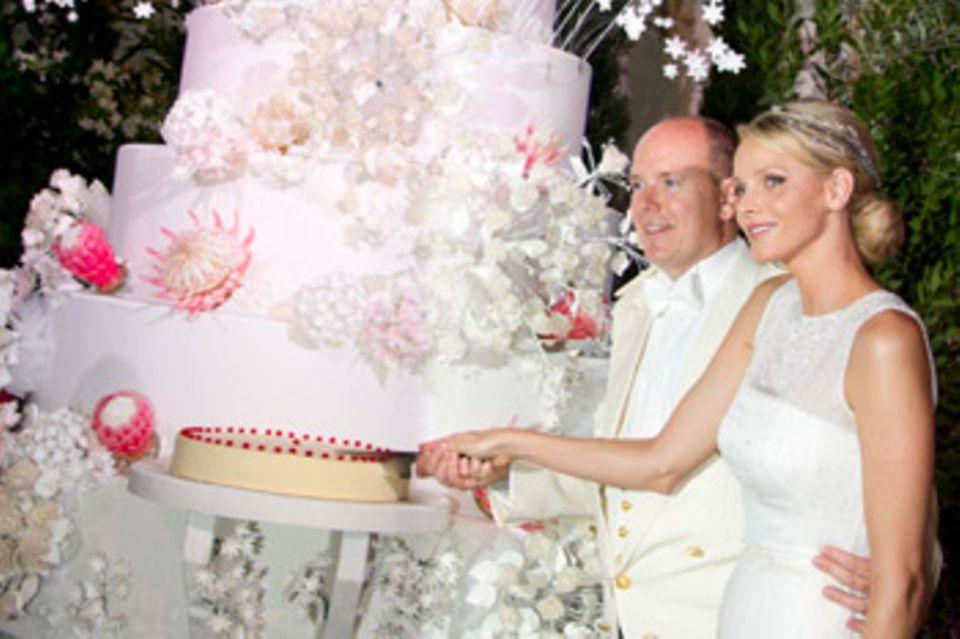 Fürst Albert und Fürstin Charlene schneiden die Hochzeitstorte an.