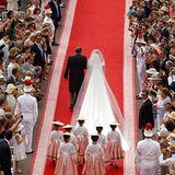 Der Braut folgen sieben Blumenkinder in monegassischer Tracht.
