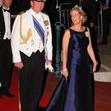 Kronprinz Willem Alexander der Niederlande scherzt mit Sophie von Wessex beim Gang über dem roten Teppich.