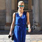 Mit einem auffällig royalblauen Maxikleid mit Schlangenleder-Muster schwebt eine gut gelaunte Michelle Hunziker durch Mailand.
