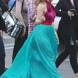 Jennifer Lopez trägt ein wunderschönes Halterneckkleid aus Chiffon in türkis und violett von Salvatore Ferragamo. Die Peep-Toes