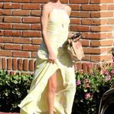 Für endlose Beine wie die von Model Rosie Huntington-Whiteley sind geschlitzte Maxikleider ideal. Ihre Variante in Gelb und Weiß versprüht zudem hawaiianischen Retro-Charme.