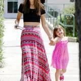 """Über diesen Look freut sich nicht nur Töchterchen Anja: """"Victoria's Secret""""-Engel Alessandra Ambrosio kombiniert zum bauchfreien T-Shirt einen farbenfrohen Maxirock mit auffälligem Muster."""