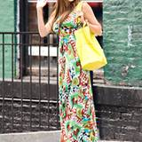 Hier passt einfach alles: Sofia Vergara startet mit Mustermix und wunderschönen Farben auf ihrem Maxikleid in den Sommer.