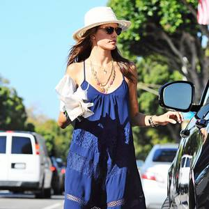 Hippie-Style! Alessandra Ambrosio trägt nicht nur gerne Jeans-Hotpants, sondern auch sommerlich leichte Maxikleider, wie dieses royalblaue, mit Spitzen durchbrochene.