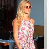 Zusammen mit Model-Freundin Claudia Galanti spaziert Bar Refaeli im sommerlichen Maxikleid durch die Straßen von Ibiza.
