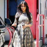 Bei Kim Kardashians Maxikleid sind nicht nur die großen Rockfalten ein Hingucker, sondern auch der Zwiebelmuster-ähnliche Druck.