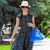 Emmy Rossum, Fashion-Star! Kobaltblaue It-Bag, leichter Fedora-Hut und noch dazu dieses wunderschöne Maxikleid, dessen Druck ohne weiteres von einem gut gelaunten Jackson Pollock stammen könnte. Wir finden: Das ist DER Sommerlook 2013.