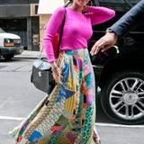 Beyoncé Knowles ist sehr nach Farbe. Zu ihrem pinken Pullover trägt sie einen bunten Rock mit Patchwork-Print.