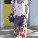 Traumwetter für Maxiröcke: Isla Fisher kombiniert zur sommerlichen Batik-Optik ein schlichtes T-Shirt und Zehentrenner. Ihre Haa