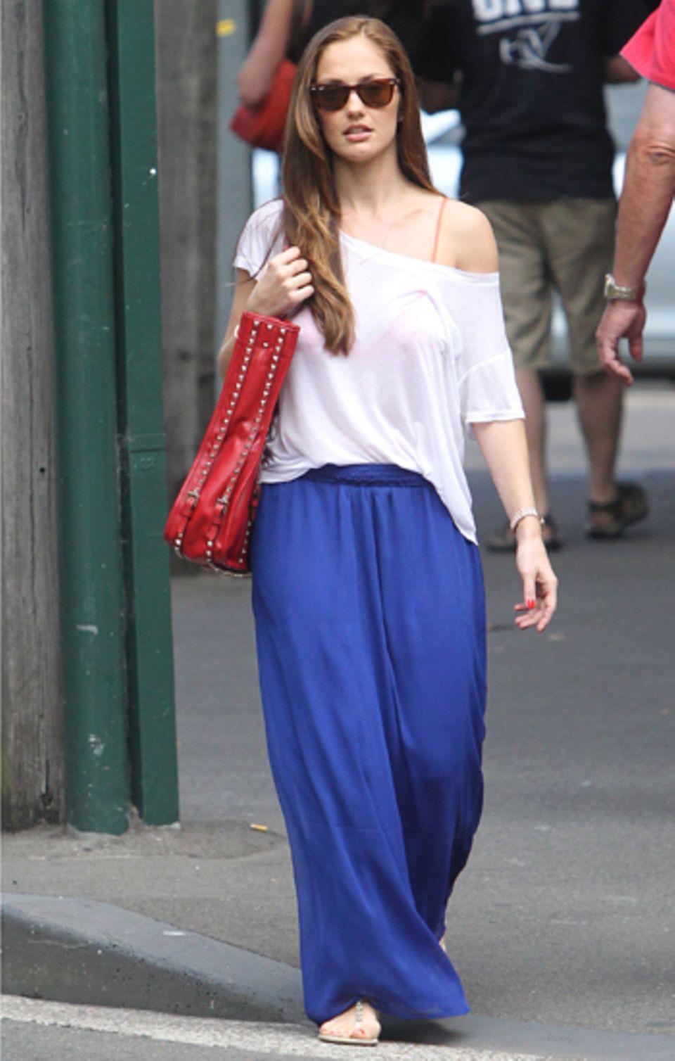Schauspielerin Minka Kelly im luftigen Sommeroutfit mit blauem Maxirock.