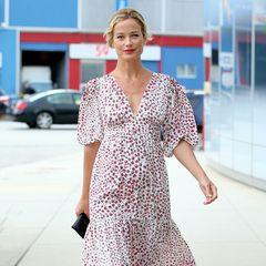 Macht Lust auf Sommer! 90er-Supermodel Carolyn Murphy macht sich im extralangen, romantischen Blumenkleid auf den Weg zur Up2Us Sports Gala in New York.