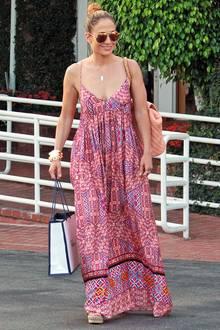 Für Jennifer Lopez ist der Hippie-Look mit weitem, buntgemustertem Maxikleid ziemlich ungewöhnlich. Steht ihr aber gut, oder?