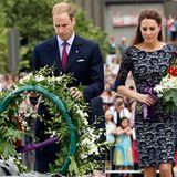 Staatsbesuch William und Kate: Bei dem Besuch des nationalen Kriegerdenkmals legen die Beiden Blumen nieder.
