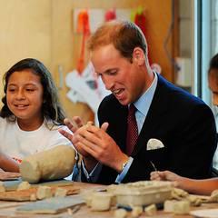 Staatsbesuch William und Kate: Beim Töpfern hat William sichtlich Spaß.