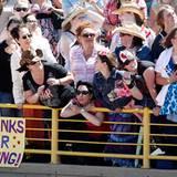 Staatsbesuch William und Kate: Die Fans in Calgary versuchen einen letzten Blick auf das Traumpaar zu erhaschen.