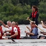 Staatsbesuch William und Kate: In verschiedenen Teams tritt das Paar bei einem Drachenbootrennen an.