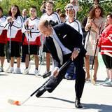 Staatsbesuch William und Kate: William versucht sich als Hockeyspieler.
