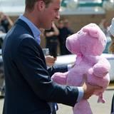 Staatsbesuch William und Kate: William bekommt einen pinken Glücksteddy geschenkt.