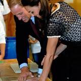 """Staatsbesuch William und Kate: Der royale Besuch legt Hand an: Für die """"Inner City Arts""""-Wände hinterlassen die Beiden ihre Hand"""