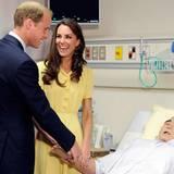 Staatsbesuch William und Kate: Gut, dass dieses kein echter Patient ist mit dem sich William Scherze erlaubt.