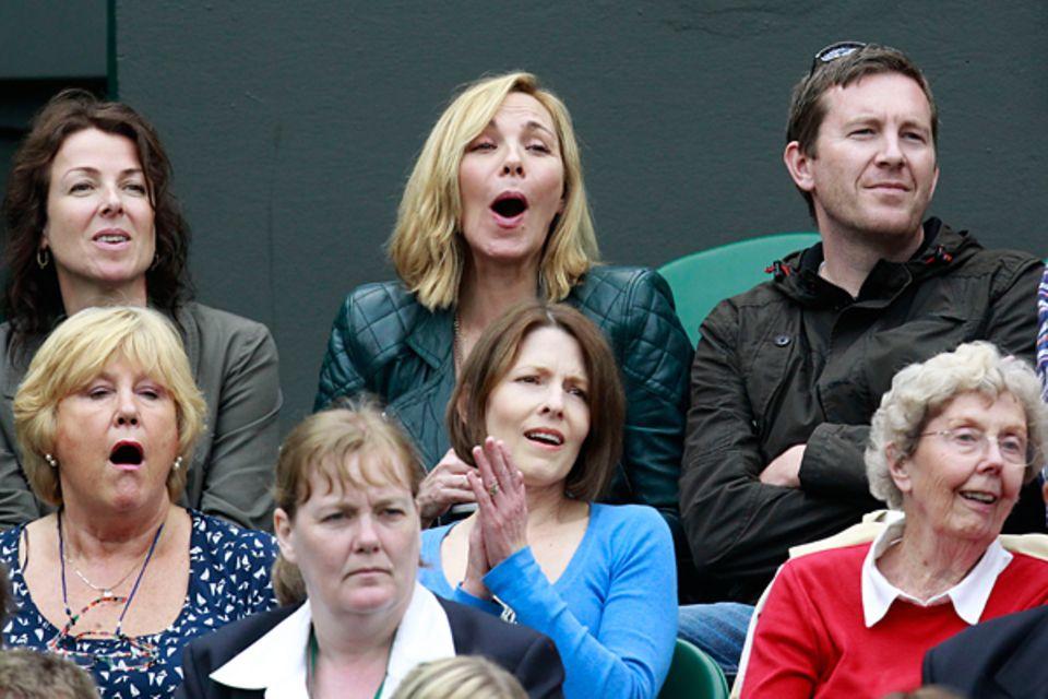 Wimbledon: Man sieht Kim Cattrall an, dass gerade ein spannender Ballwechsel gespielt wird.