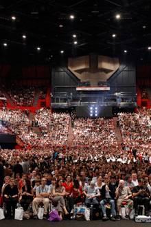 Das Bercy Stadion in Paris ist bis auf den letzten Platz gefüllt.