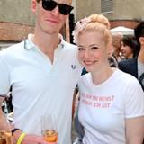 Bei den heißen Teperaturen kühlen sich Enie van de Meiklokjes und ihr Freund Tobias mit Champagner von Pommery ab.