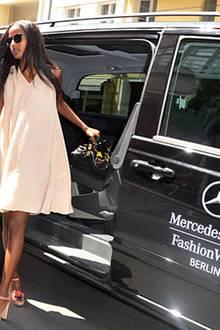 Aus dem Mercedes-Benz VIP Shuttle kann Sara Nuru besonders elegant aussteigen.