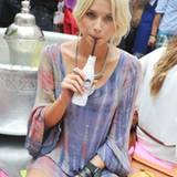 Lena Gercke genießt ihre Coke light.
