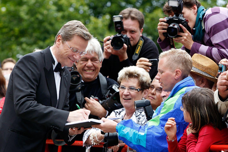 Bayreuther Festspiele: Auch Politiker müssen mal Autogramme geben.
