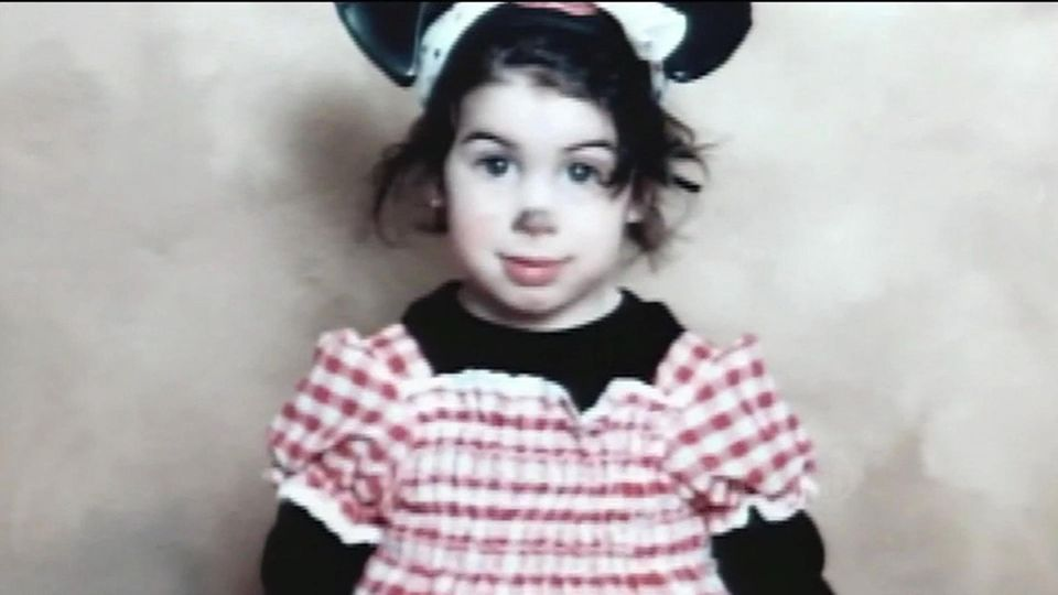 Amy Jade Winehouse wird am 14. September 1983 in London geboren. Sie wächst gemeinsam mit ihrem älteren Bruder Alex in einer jüdischen Familie auf. Ihr Vater Mitch ist Taxifahrer und ihre Mutter Janis Apothekerin. Die Eltern trennen sich, als Amy neun Jahre alt ist.